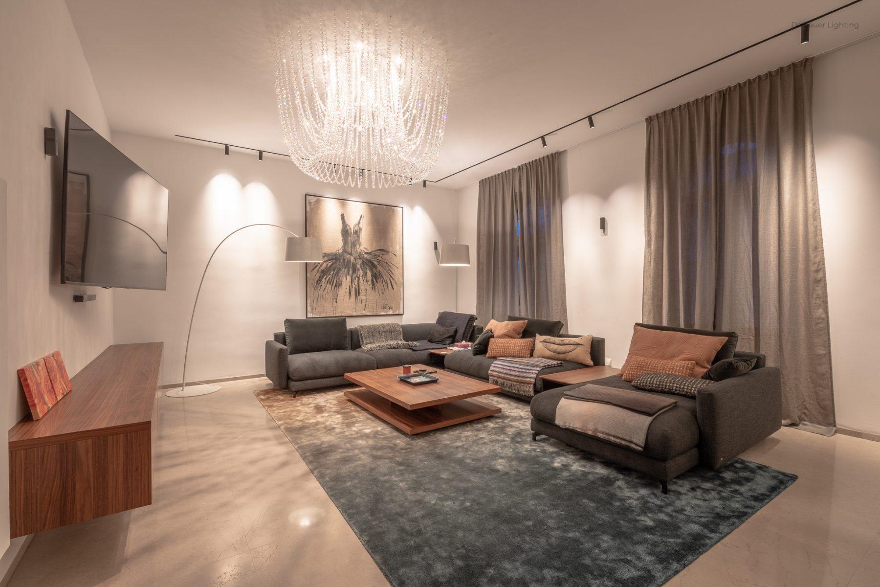 Wohnung K Wohnzimmer mit dekorative und funktionellen Leuchten
